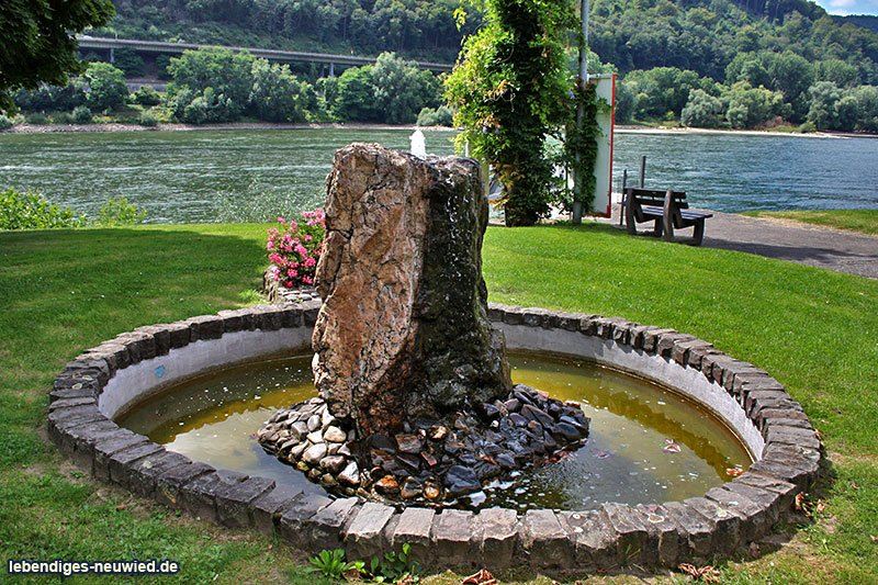 Brunnen am Rheinufer